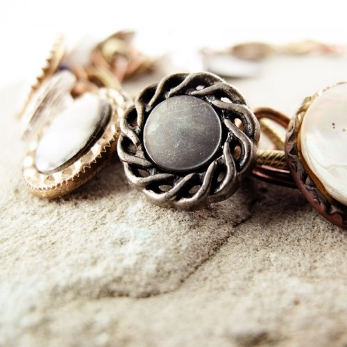 vintage button bracelet (via jfrancesdesign)