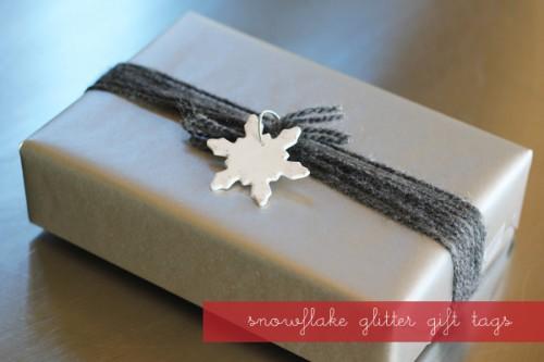 snowflake glitter gift tags (via warmhotchocolate)