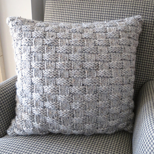 knit basket weave pillow (via justcraftyenough)