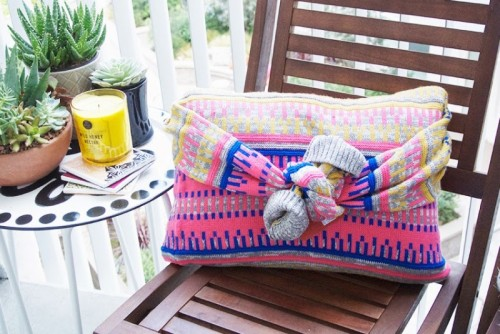 no sew sweater pillow (via cremedelacraft)