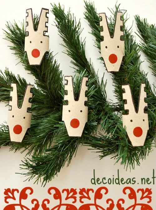 Do you have a bunch of toilet paper rolls lying around? Make these beautiful reindeers to decorate a shelf or for decorating the Christmas tree. Only scissors and markers are necessary for the project. (via decoideas)