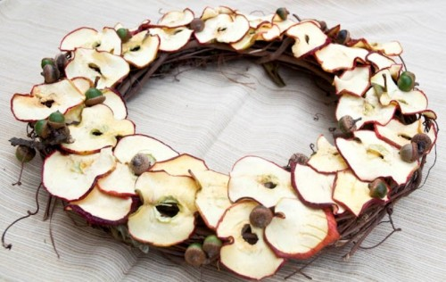 diy apple wreath (via shelterness)
