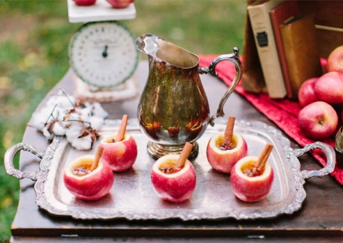 diy apple cider cocktail (via greenweddingshoes)
